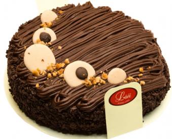 Īsta bezē torte ar šokolādi un riekstiem